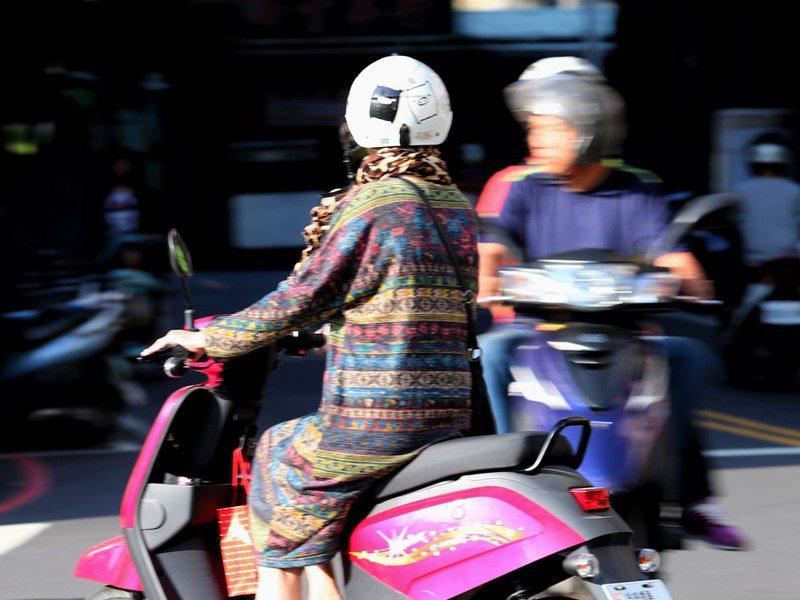 騎機車要戴安全帽,但過去10年來,戴上安全帽仍因車禍死亡的人數,累計有3235人。 圖/聯合報系資料照片