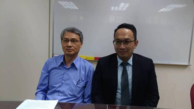 葉清正(左者)今(5)日在委任律師陳松甫(右者)陪同下,出面說明遭董事長洪雅滿提告原由。記者吳秉鍇/攝影