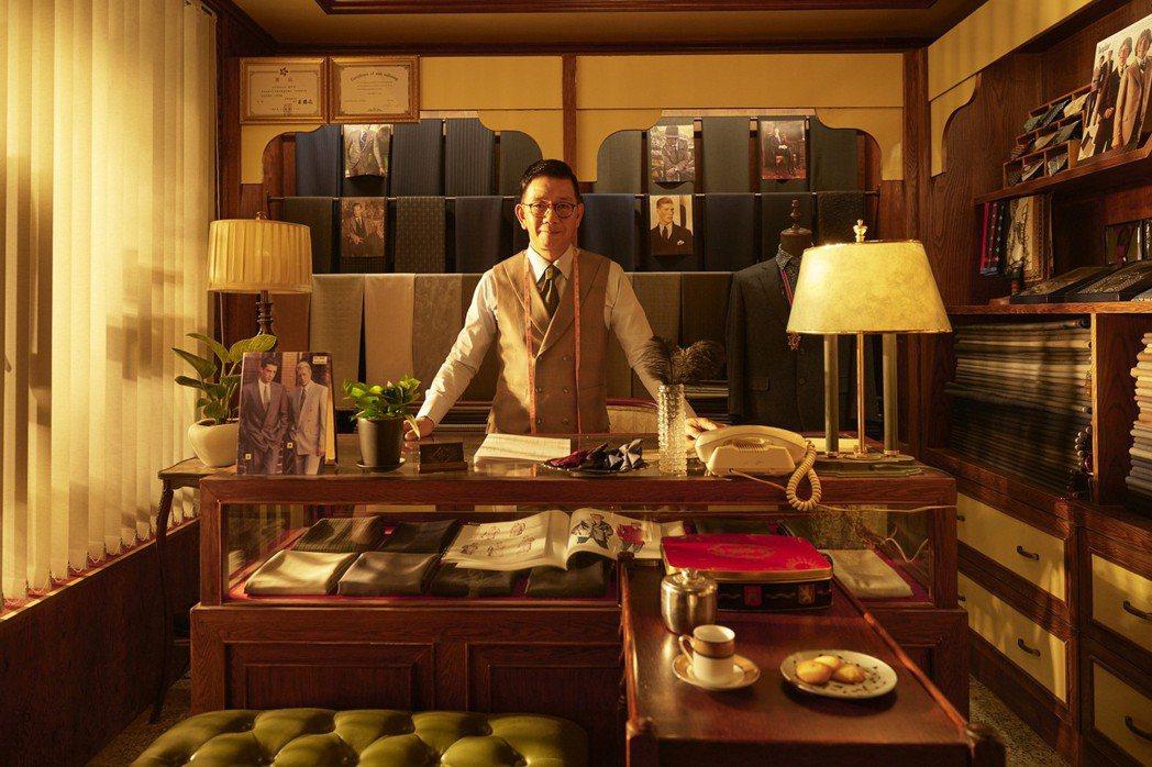 袁富華在「天橋上的魔術師」中飾演一位來自香港的「唐先生」,在中華商場開設高級訂製...