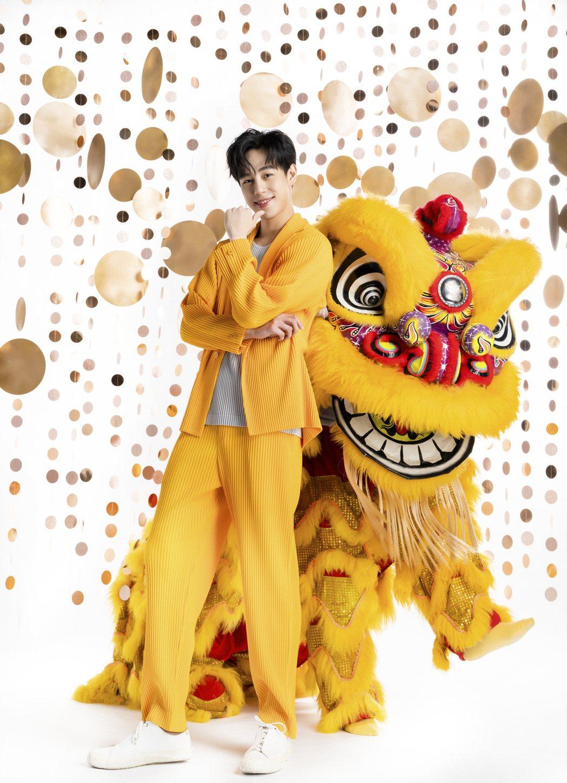 孫麥傑與黃色「黃忠獅」拍攝時尚封面。圖/微風提供