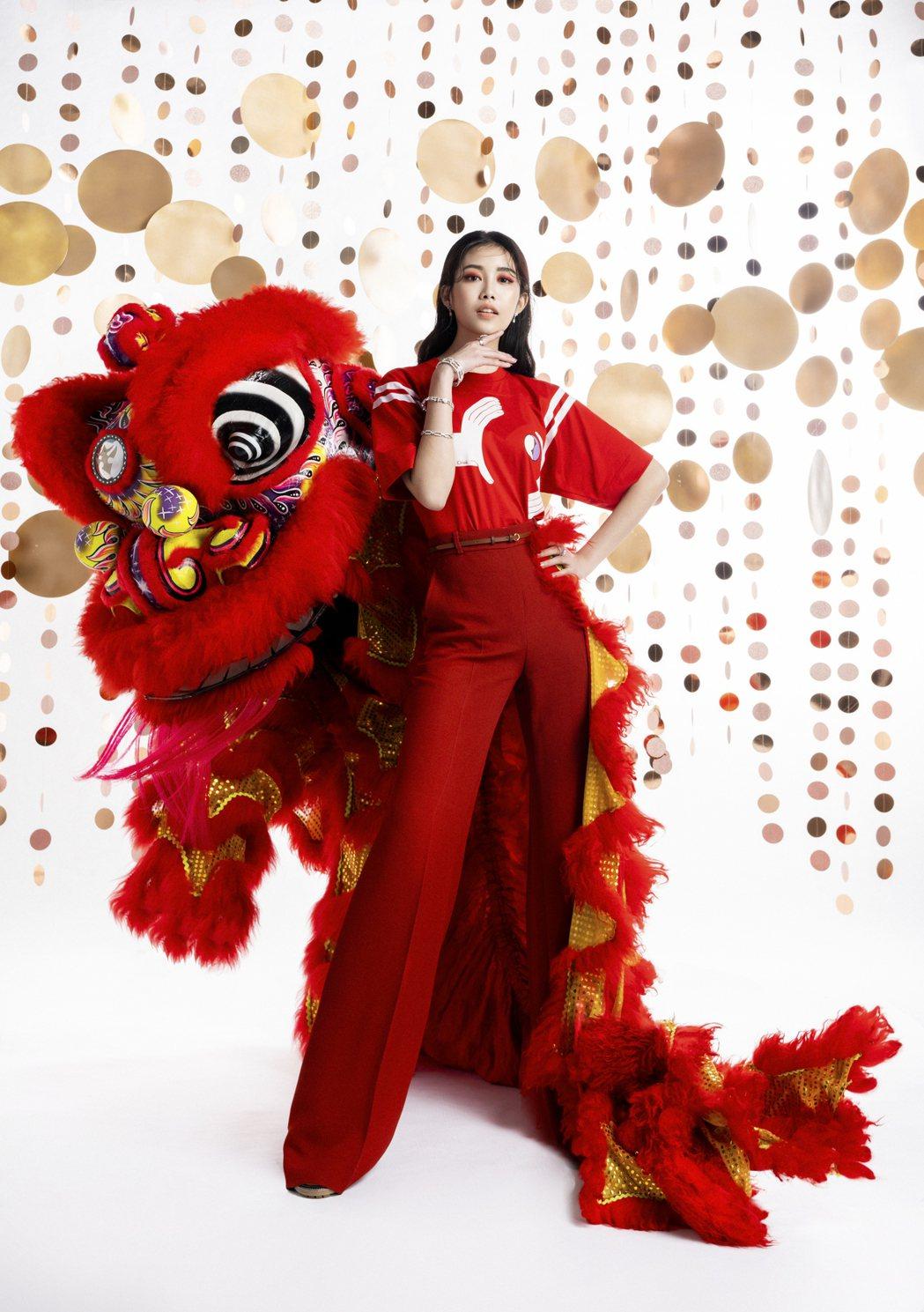 宋蘋恩與紅色「關公獅」拍攝時尚封面。圖/微風提供