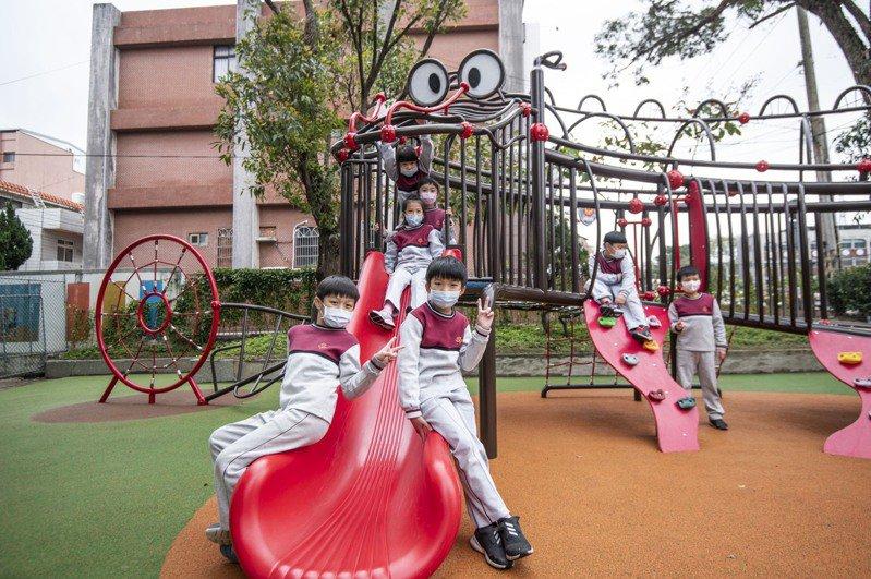 新竹市龍山國小學童體驗「龍」造型特色遊具。圖/新竹市政府提供