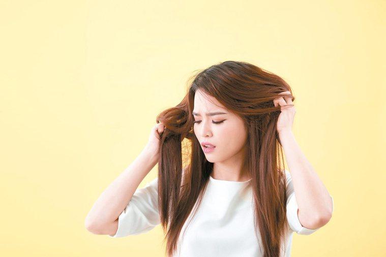 洗髮精中若有宣稱可以讓頭髮柔順或鎖水的合成化合物,反而會讓頭髮更毛躁。圖╱123...