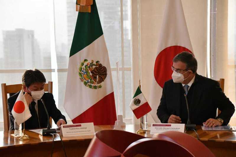 日本外相茂木敏充(左)訪問墨西哥時會晤墨國外長艾布拉德。他們同意擴增跨太平洋夥伴全面進步協定(CPTPP)的會員(網路照片)