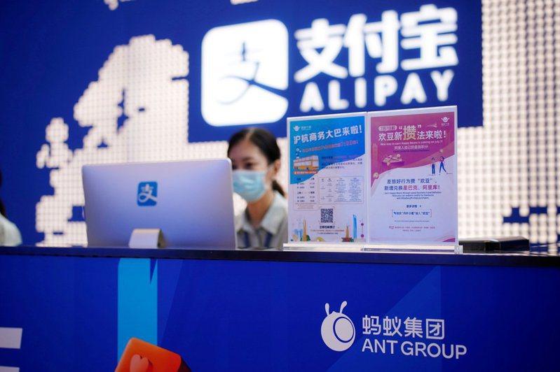 路透報導,美總統川普今日已簽署行政命令,禁止與支付寶(Alipay)在內的8款中國應用軟體進行交易。 圖/路透資料照
