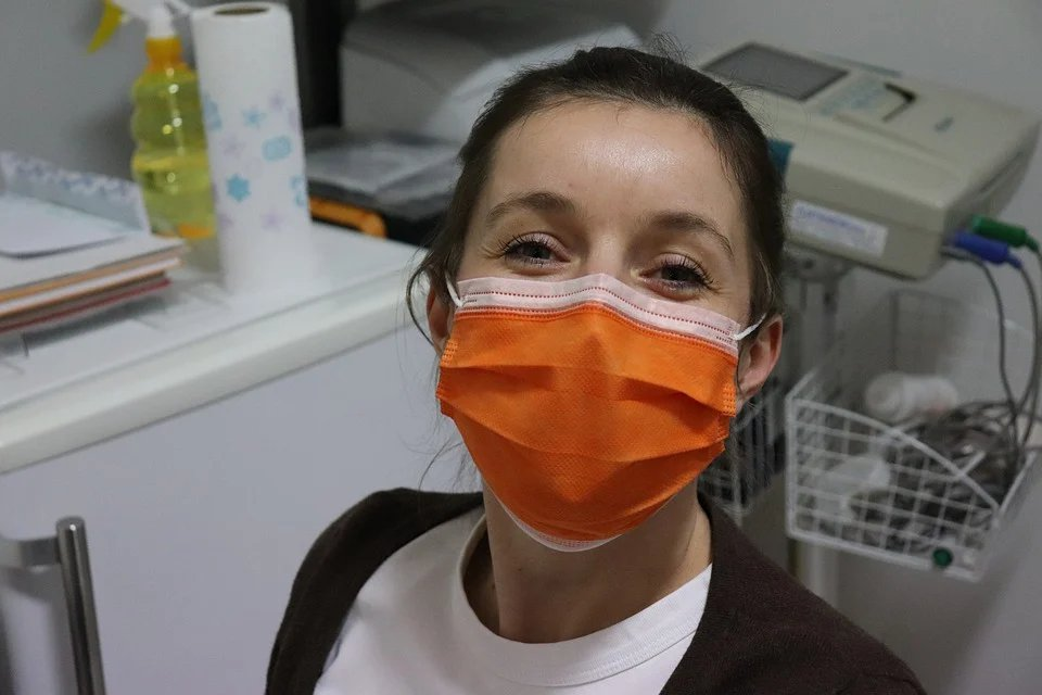 「口罩戴在臉上,鼻腔水分、口水或呼吸時的二氧化碳,跟口罩物料或顏色都可能會有化學...