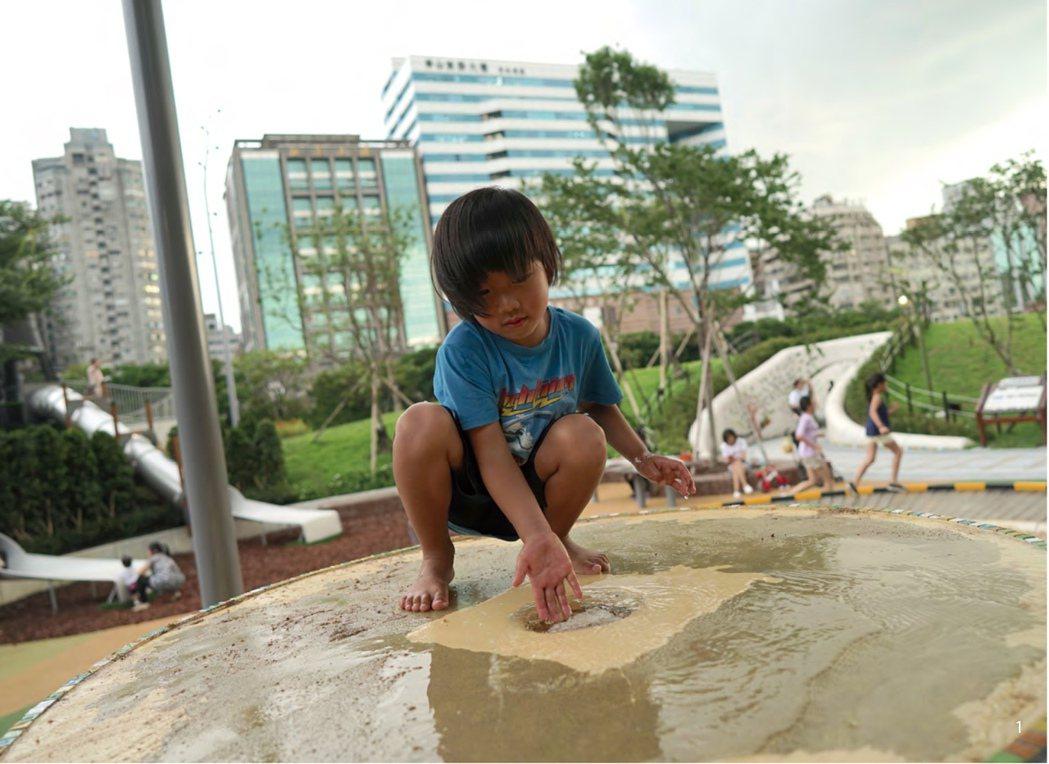 土丘造型水沙池,提供孩子不同的體感玩法,觸碰流水、用沙塑形、觀察流速,動靜玩法皆適宜,大小孩子都喜愛。 圖/聯經出版提供