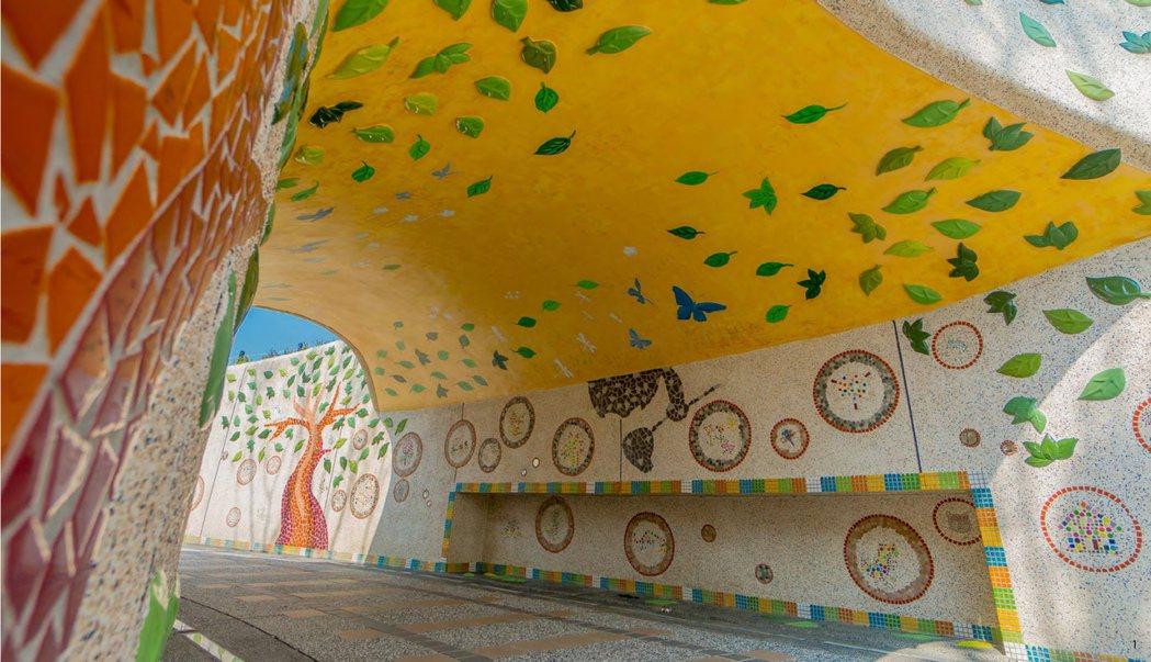工作坊所進行的手作瓷磚拼貼畫,在遊戲空間融入於火車隧道牆面,讓參與其中的孩子每每一來,都會帶著朋友去介紹一回。 圖/聯經出版提供