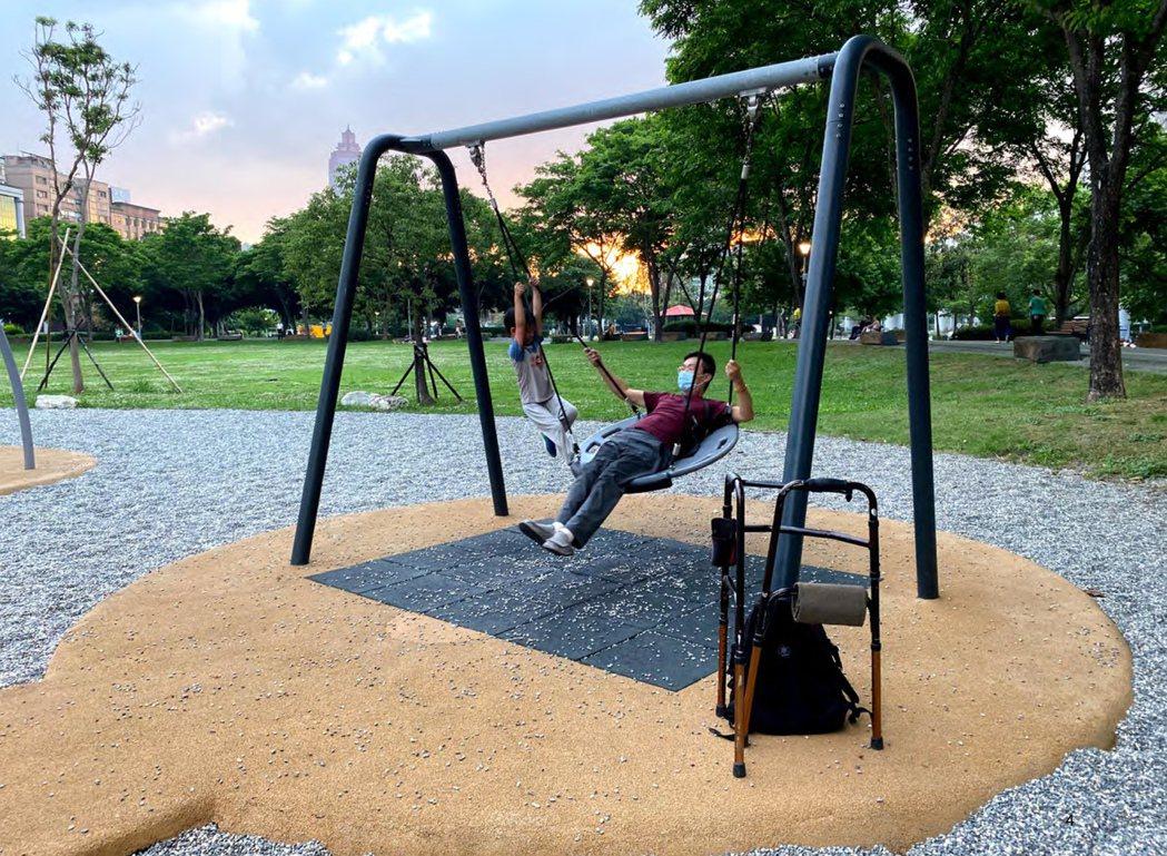 網羅分齡孩子需求的鞦韆,有片狀、硬板與共融式鳥巢鞦韆,身障人士或孩童也能一起享受搖晃刺激。 圖/聯經出版提供