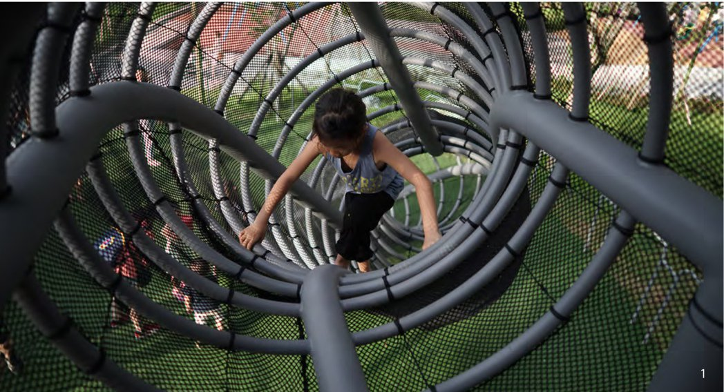 高聳的煙囪雙塔,有著豐富歷史意涵,孩子可穿梭煙囪爬網,並從高塔瞭望口,直接望向華山酒廠的古蹟煙囪。 圖/聯經出版提供