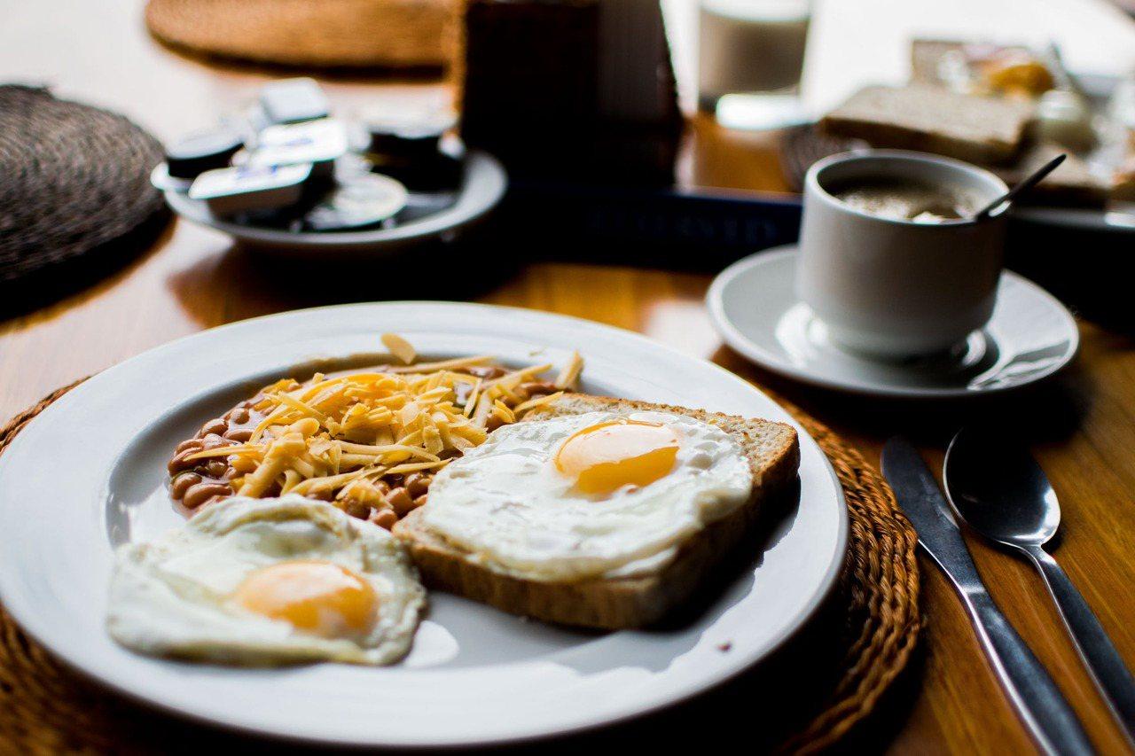 很多時候,在組合型的早餐形式中吃進了過多的油脂與額外添加的糖。 圖/pexels