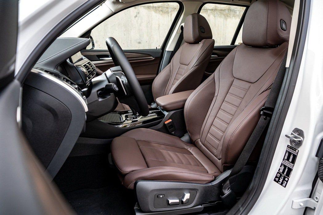全新BMW X3、X4白金領航版提供觸感細緻的Vernasca真皮包覆跑車座椅,...