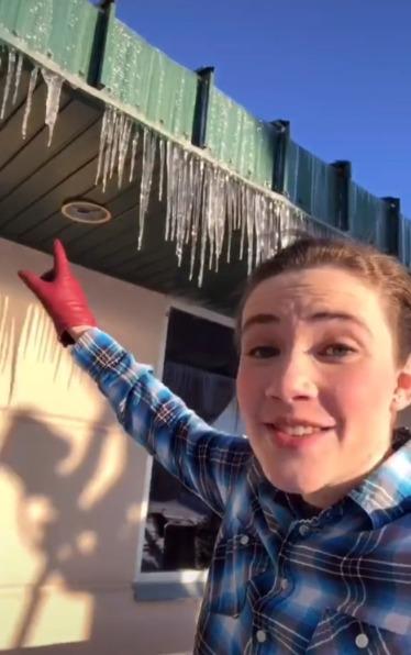 氣象學家警告人們屋簷下的冰柱成分很噁心。圖/取自weather_katie tiktok