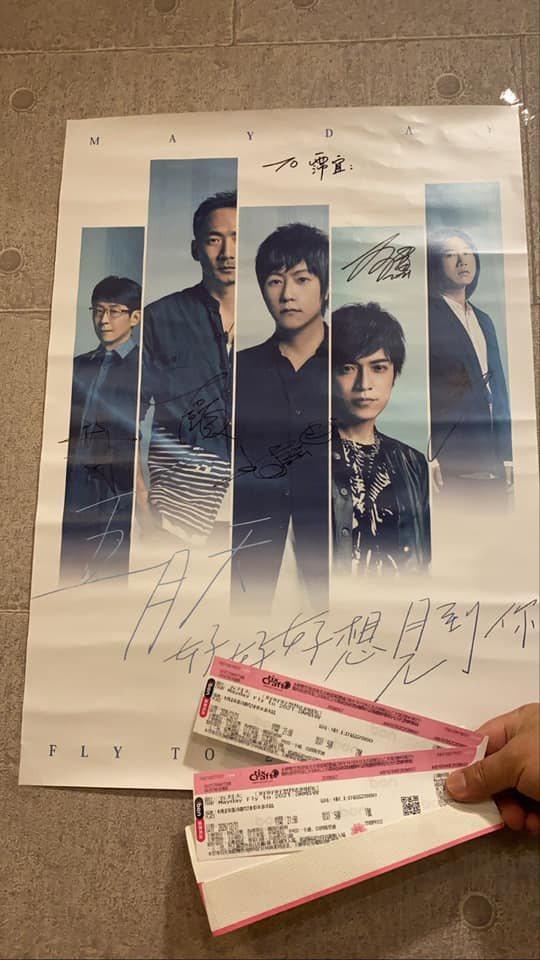 郭主義秀女兒最愛的偶像五月天的簽名海報。 圖/擷自郭主義臉書
