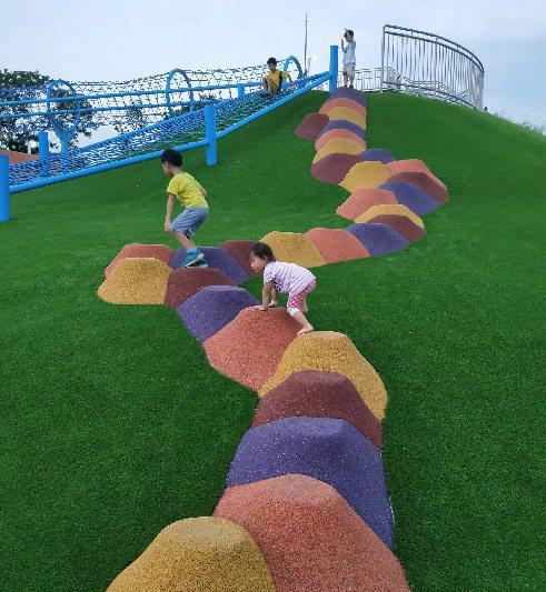遊戲場透過視覺,讓孩子規劃屬於自己的奔跑和遊戲路線。 圖/聯經出版提供