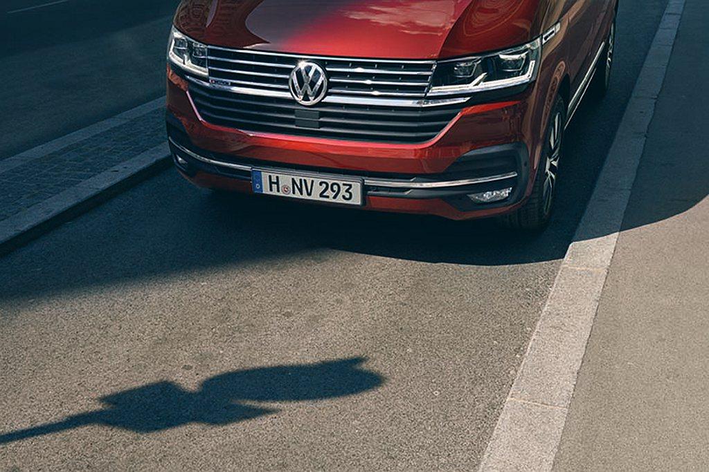 福斯商旅T6.1 Multivan承襲福斯新世代家族專屬風格的設計外觀,水箱罩採...