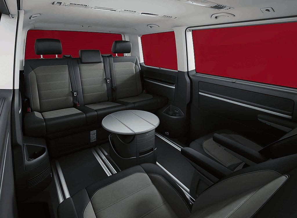 福斯商旅T6.1 Multivan最具代表性的無段調整滑軌,更是空間靈活調度的優...