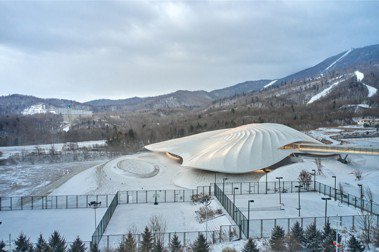隱藏雪山下的大帳篷:中國建築事務所MAD打造亞布力永久會址,用木頭營造溫暖感