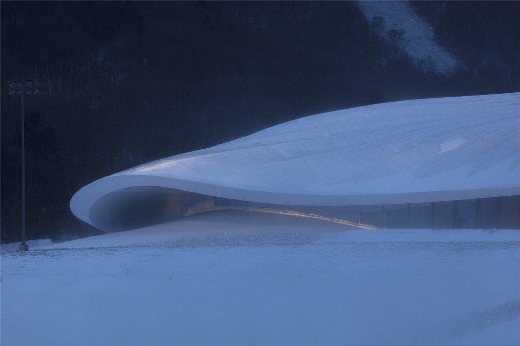 沒有直線線條的屋頂,是其特殊性。圖/MAD