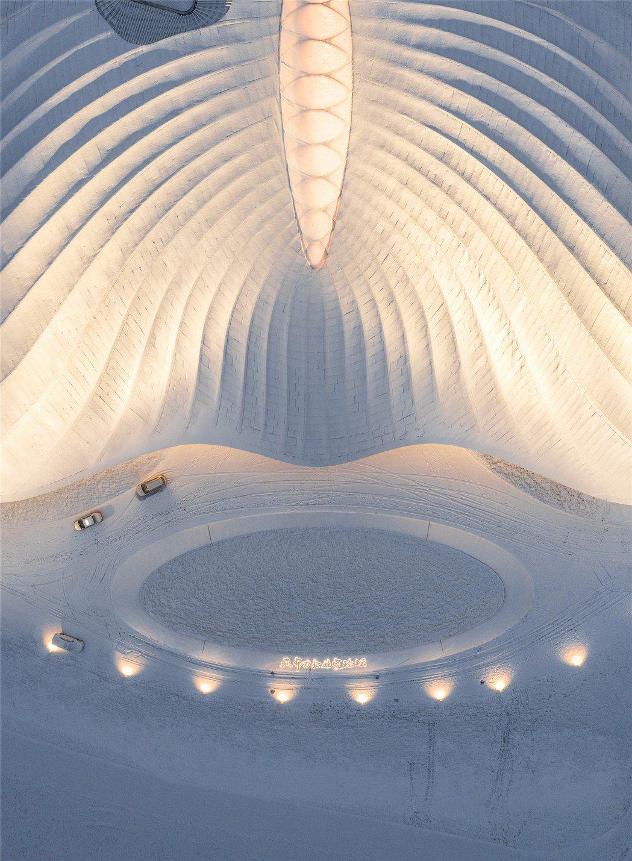 亞布力企業家論壇永久會址,其屋頂的大片玻璃採光是重點。圖/MAD