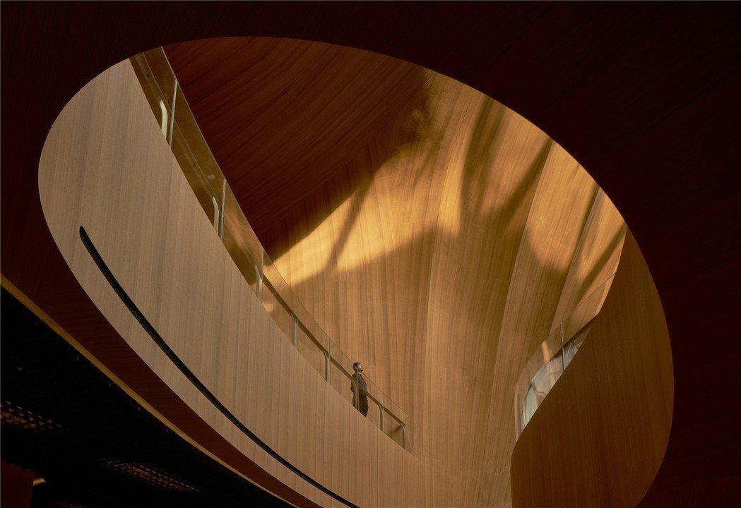 亞布力企業家論壇永久會址內部用木頭,創造溫暖感。圖/MAD
