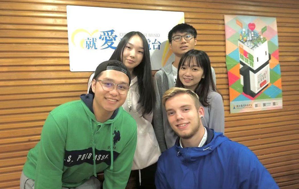 來自俄羅斯的Seva(前排右)邀請來自薩爾瓦多的Chun(前排左)和蒙古、越南與...