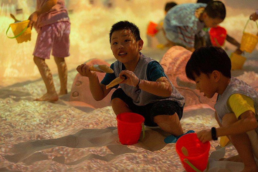 魔幻考古沙坑內藏著許多仿製文物,讓小朋友在遊戲中認識考古學。 十三行博物館/提供