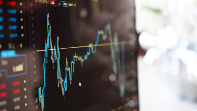 搶搭飆股列車,選股可優先鎖定有族群性的,多檔個股一起漲,氣勢更強。pixabay