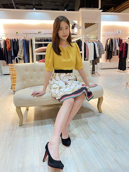 一樓IRIS專櫃推出時尚派對最佳推薦單品,緞面斜襟洋裝,原價6,890元,特價2...