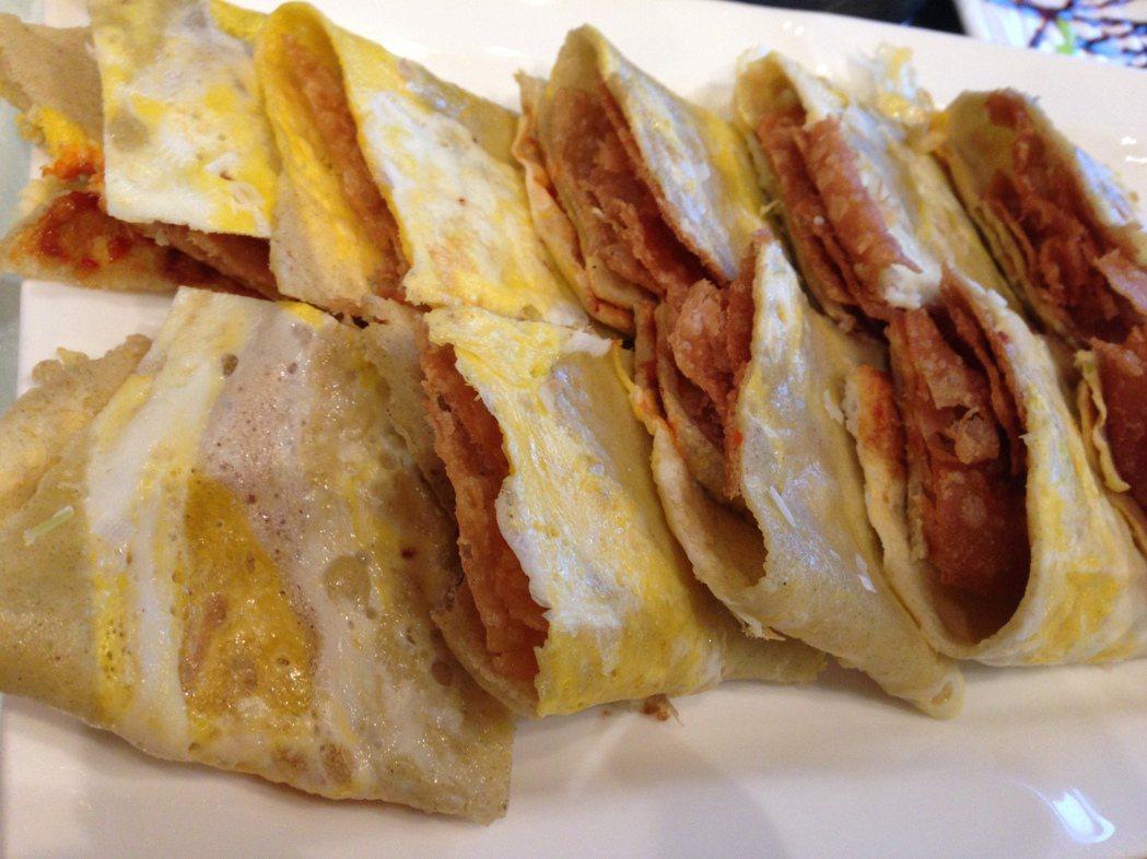 煎餅果子更是天津的招牌,同一餐吃到兩樣本味美食,算是賺到了。 梅春帆/攝影