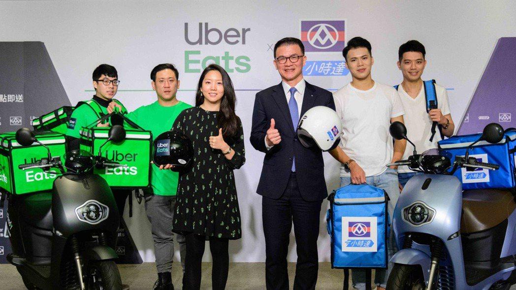全聯總經理蔡篤昌(右3)與Uber Eats台灣區總經理李佳穎(左3)宣布雙方攜...