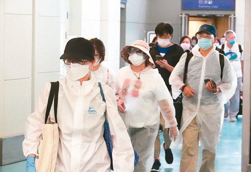 再過一陣子,預計有4000多名境外生將來台讀書。圖為首批境外生搭機抵達桃園機場,由於國外疫情尚未減緩,為降低在密閉機艙內的傳染風險,不少學生、旅客都穿戴防護衣、護目鏡。圖/聯合報系資料照