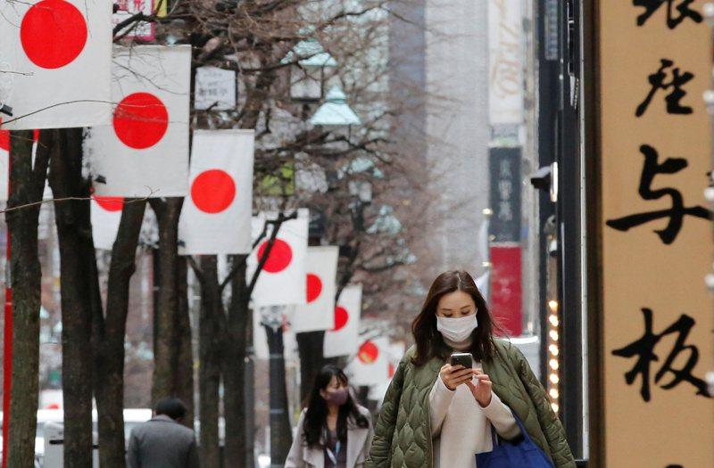 日本政府明天將針對疫情非常嚴峻的首都圈1都3縣(東京都、千葉縣、神奈川縣、埼玉縣)發布「緊急事態宣言」,目前已知至少持續到2月7日為止,為期約一個月。 圖/路透社