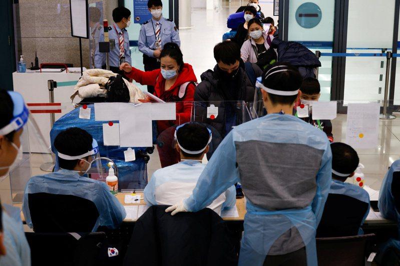 韓國禁止來自英國的航班入境的措施延長至21日,並擴大對所有外籍旅客入境時均須篩檢證明。圖/路透社