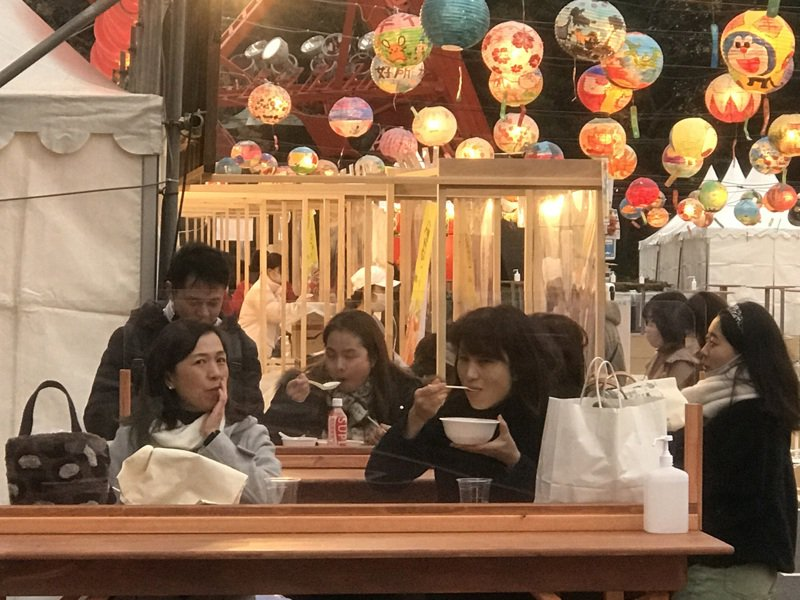 一份最新民調顯示77.6%日本民眾對台灣懷有親近感;被問到對台灣的印象,以回答「對日友好」居最多,其次是「食物好吃」、「防疫有成」。圖為6日東京鐵塔台灣美食活動情形。 圖/中央社資料照