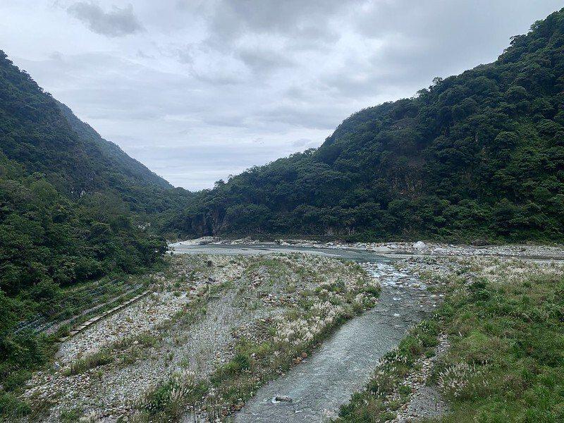 砂卡礑溪的出口立霧溪,兩溪交會之處,在雨天看到的立霧溪是混濁帶沙的溪水,而砂卡礑溪水依然清澈見底的來綠色。