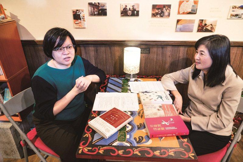 巫維珍(左)和郭秋雯(右)認為韓國作家的書寫手法,可為台灣作家帶來啟發。 (圖/顏涵正)
