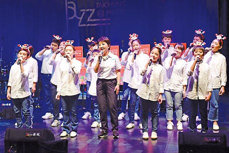 市長盧秀燕驚喜獻唱,與台中少年兒童合唱團演出聖誕組曲。 【圖‧臺中市政府文化局】