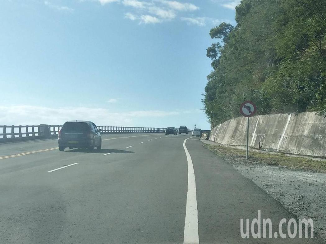 南迴公路台東香蘭至金崙段,南下高雄方向路段近日多了幾處「禁止左轉」的號誌牌,卻令...