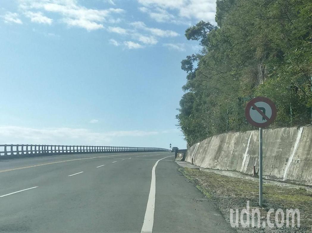 有駕駛看了號誌牌後,卻愈看愈奇怪!認為左邊沒路,卻設置禁止左轉,邏輯太不合理了。...