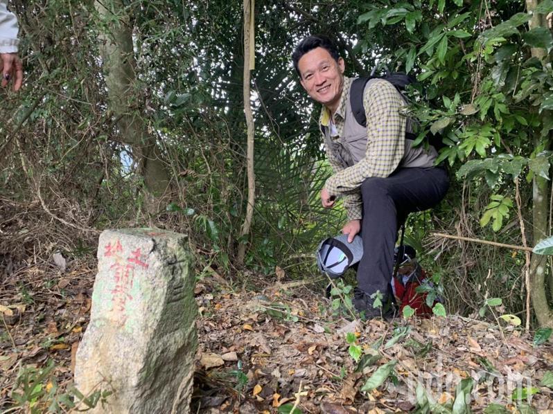 台南新化林場場長吳佾鴻尋找百年前「圖根點」標石。記者吳淑玲/攝影