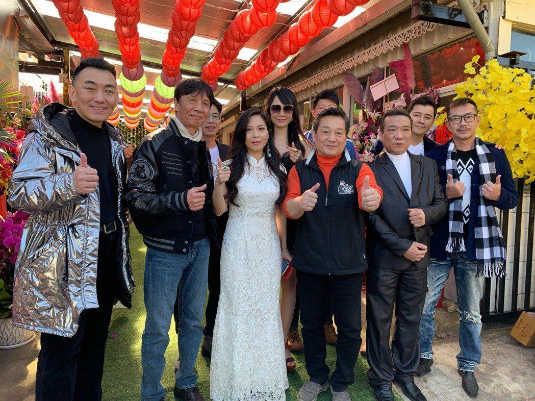 林義芳(右三起)、盧靚去年初在桃園開餐廳,邀來多名藝人助陣。圖/本報資料照