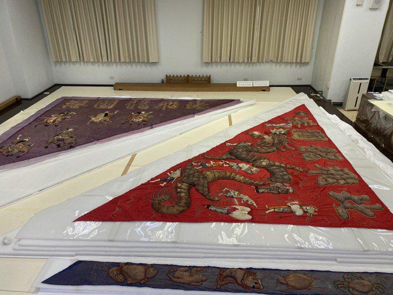 文化部台南文化資產保存研究中心今天舉辦北港飛龍旗修護成果特展開幕,展示修復中的大龍旗。記者修瑞瑩/攝影