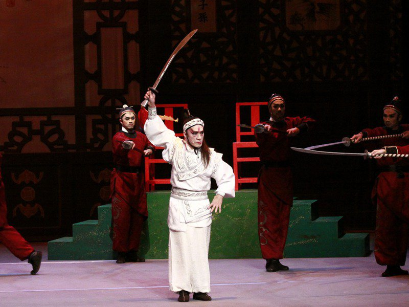 一心戲劇團團長孫榮輝(圖中)創辦一心戲劇團,自己至今也常演出。圖/孫富叡提供