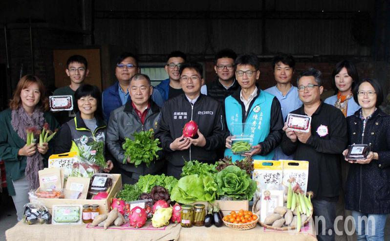 彰化縣9名返鄉青農集結力量,推出「蔬福農」蔬菜箱,福興鄉長蔣煙燈(前中)也到場鼓勵。記者林敬家/攝影
