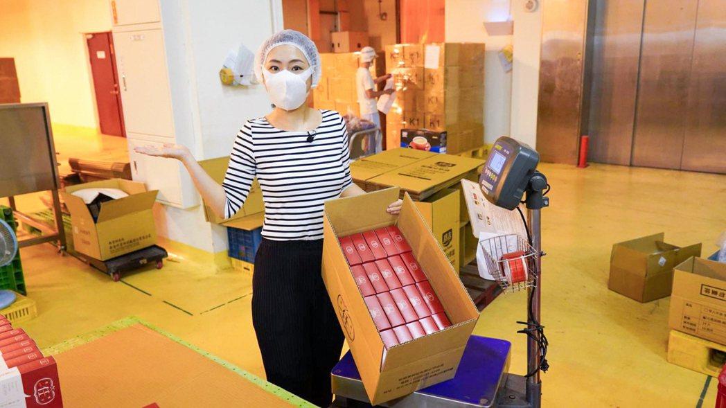 Selina(任家萱)化身女作業員,協助商品包裝。圖/任真美好提供