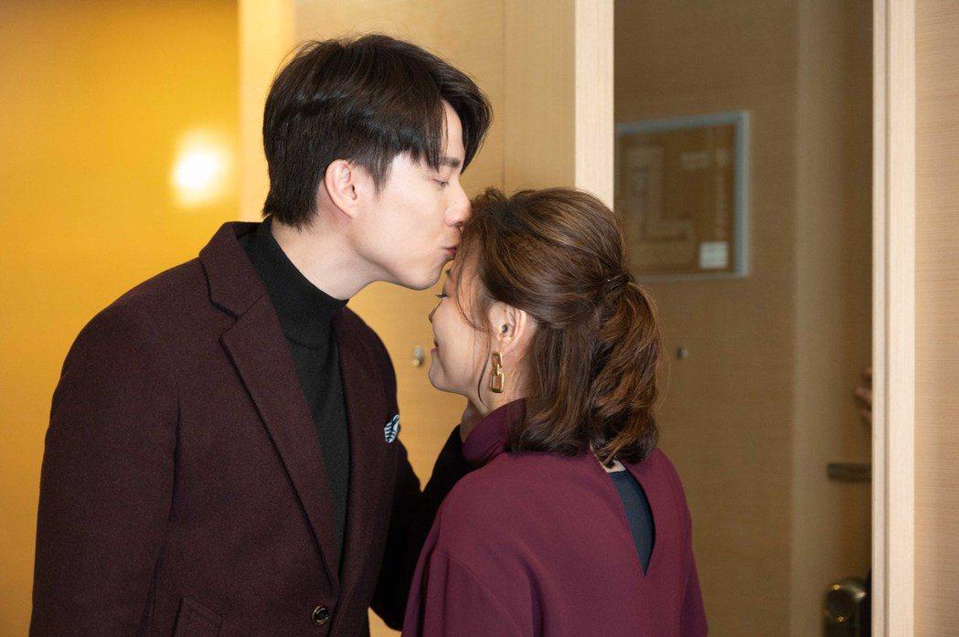 方馨(右)、劉書宏回歸從第一幕就開始浪漫放閃。圖/TVBS提供