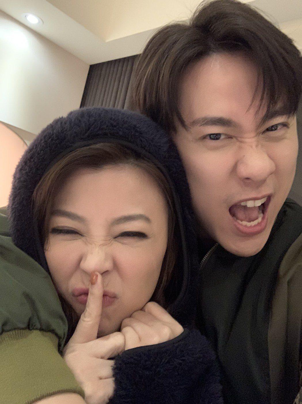 方馨(左)、劉書宏回歸從第一幕就開始浪漫放閃。圖/TVBS提供