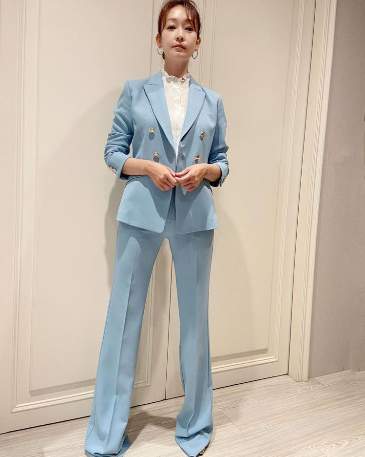 清新藍色西裝、喇叭褲輪廓,呈現MARELLA七○年代中產階級的極簡優雅。圖/取自...