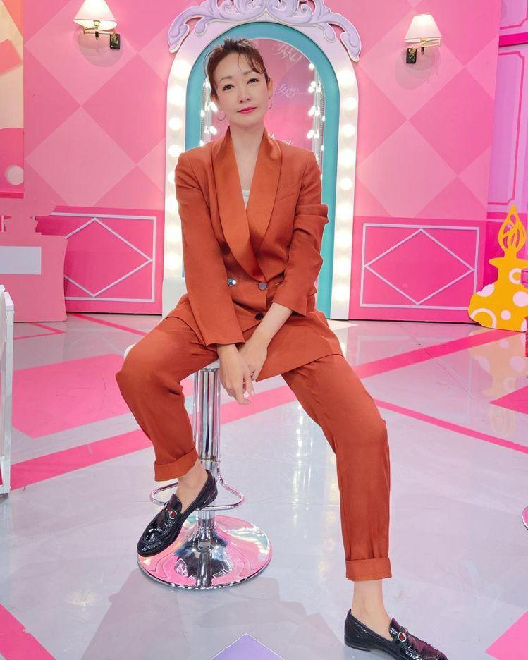 赭紅色的MAX&Co.西裝,流暢帥氣且有女人味。圖/取自IG